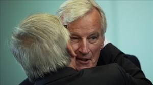 El presidente de la Comisión, Jean-Claude Juncker, besa al negociador europeo para el brexit, Michel Barnier.