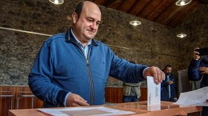 El presidente de la ejecutiva del PNV, Andoni Ortuzar, vota este domingo para las elecciones generales.