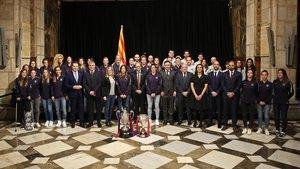 El presidente de la Generalitat, Quim Torra, rodeado de las futbolistas del Barça femenino.