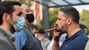El presidente de Vox,Santiago Abascal,se fuma un puro tras intervenir en Sestao (Bizkaia).