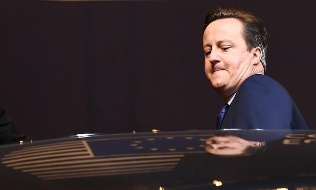 El primer ministro británico, David Cameron, abandona la reunión de la Unión Europea.