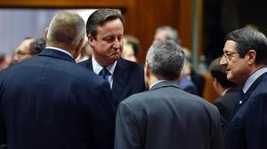 El primer ministro británico David Cameron departe con sus colegas en Bruselas.