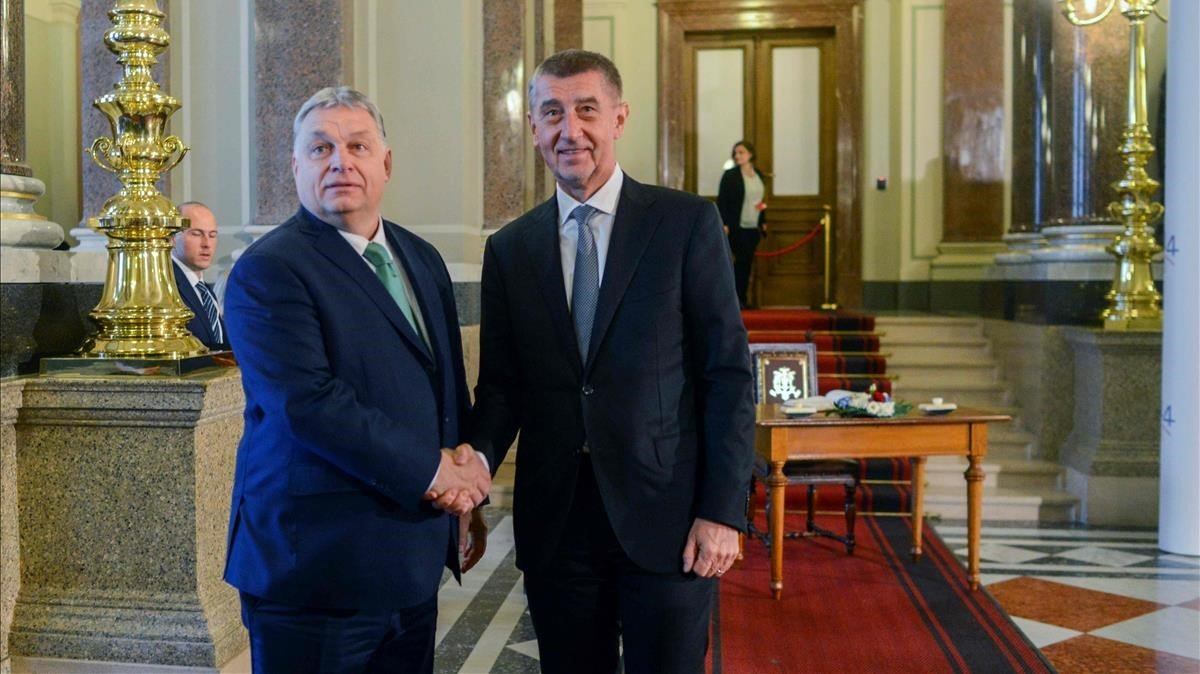 El primer ministro de Chequia,Andrej Babis (derecha) junto al primer ministro de Hungría,Viktor Orbán.