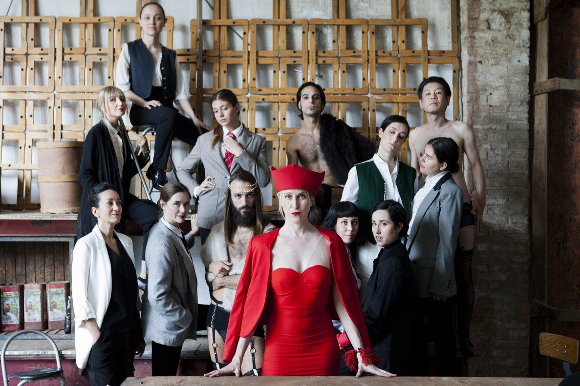 Varios miembros de Prostíbulo Poético, con la directora y 'madame' Sonia Barba en el centro, de rojo.