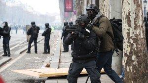 Dos agentes este sábado en plena batalla campal en los Campos Elíseos de París.