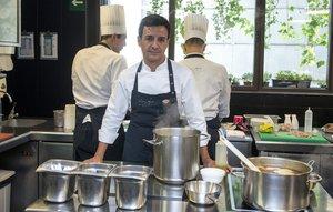 Raül Balam, en la cocina del restaurante Moments, en el Hotel Mandarin Oriental de Barcelona.