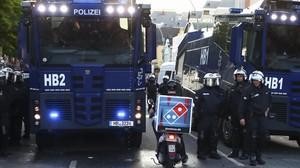 El repartidor de pizzas Benjamin, frente a los convoyes policiales durante las protestas contra el G-20 en Hamburgo.
