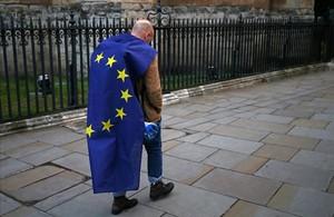 RESUMEN DEL AÑO 2016. 28/06/2016 Un manifestante envuelto en una bandera europea en una protesta contra el Brexit en el centro de Londres.