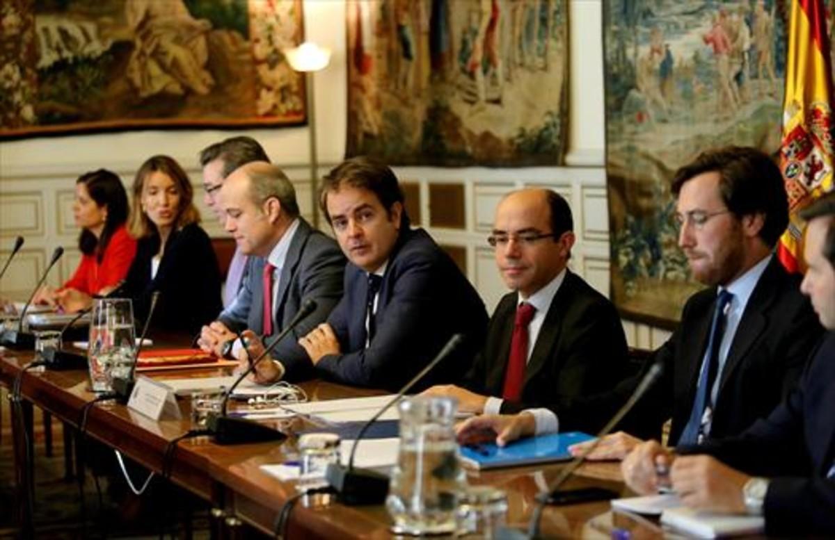 Roberto Bermúdez de Castro (cuarto por la derecha), en una reunión con otros secretarios de Estado.