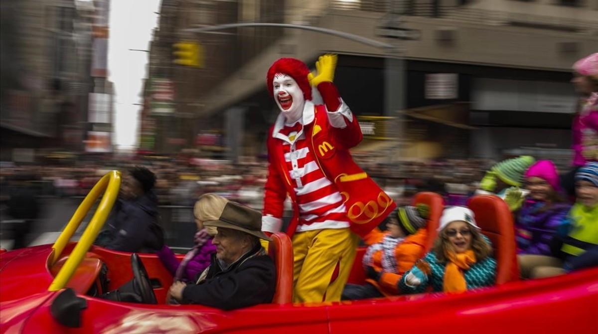 Ronald, el clown de McDonalds, saluda a la multitud durante un desfile de Acción de Gracias, en Nueva York, el 26 de noviembre del 2015.