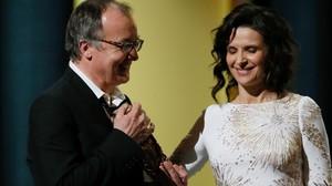 El director de Fatima, Philippe Faucon, recibe el Césara la mejor película de manos de Juliette Binoche.