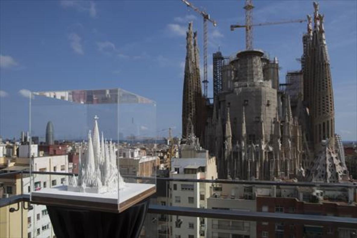 La Sagrada Família en obras, vista desde el Hotel Ayre dela calle de Rosselló con una maqueta del templo ya acabado en primer término, hace unas semanas.