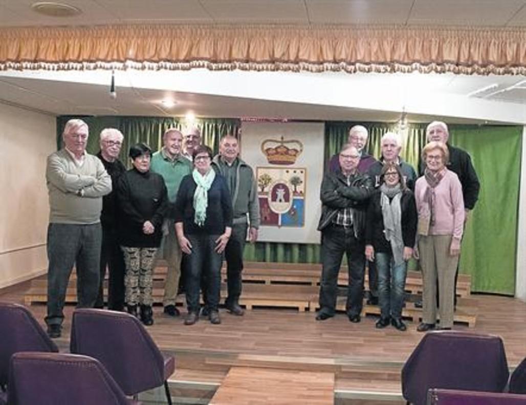 Heras, el presidente (segundo por la izquierda) de la casa de Soria, y otros socios, en el salón de actos de la entidad..