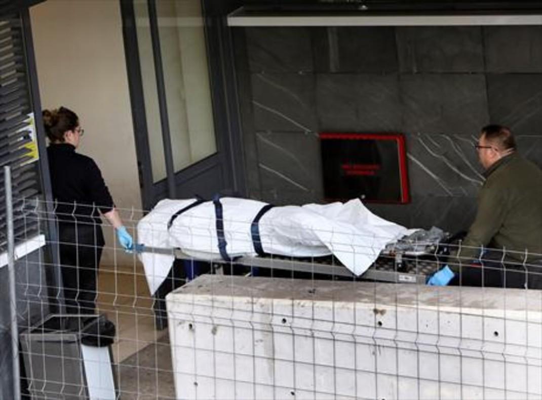 Santiago de Compostela 8Empleados de la funeraria de la policlínica Conxo trasladan, ayer, los restos de Diana Quer.