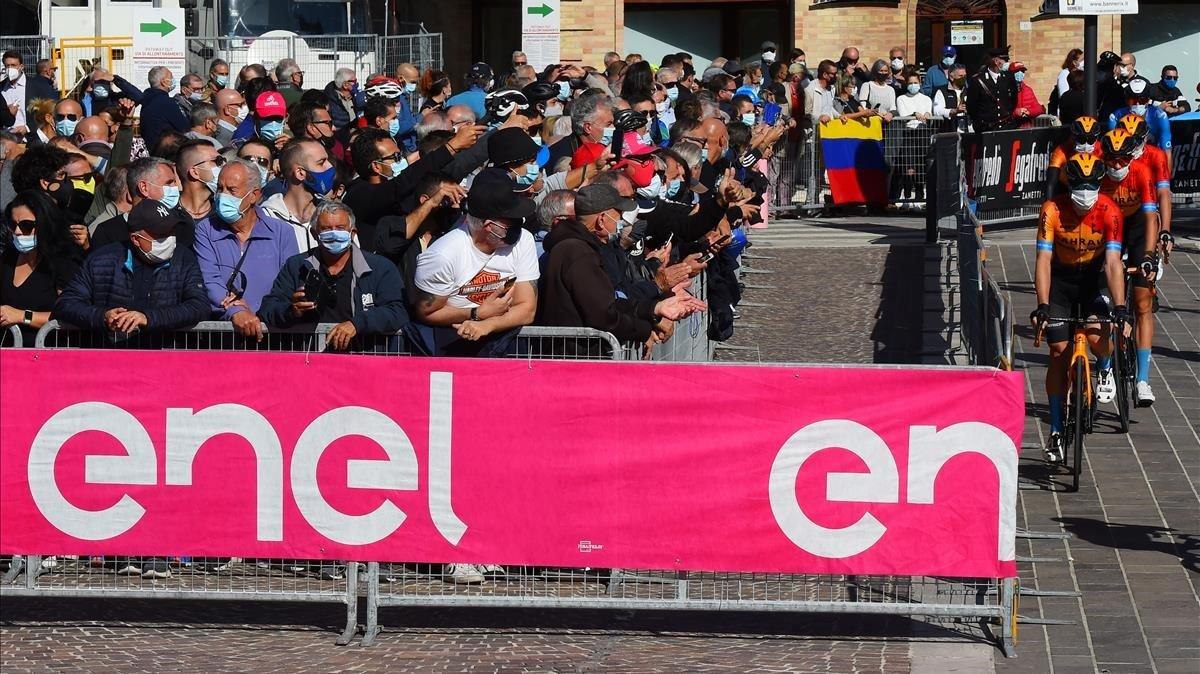 El público sigue en directo la salida de la 11ª etapa, este miércoles en Porto Sant Elpidio.