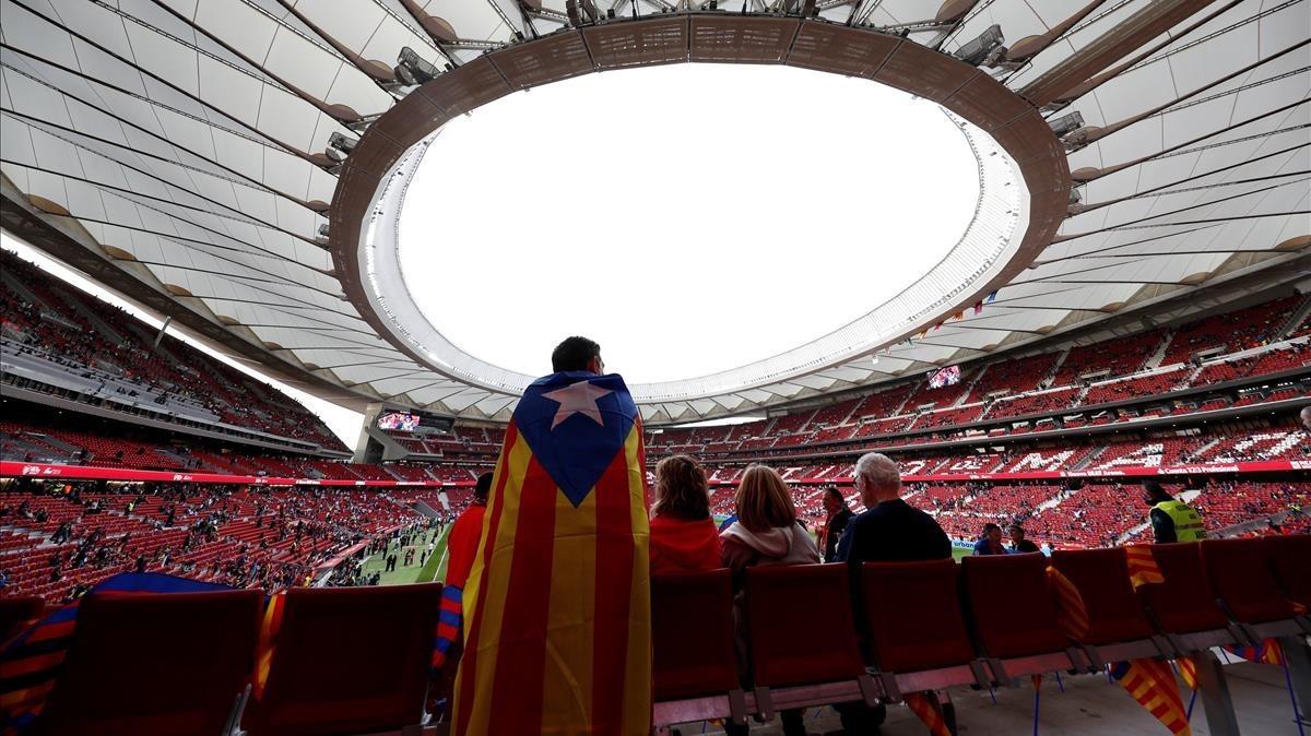 Un seguidor del Barça con una 'estelada' en el Wanda Metropolitano en los prolegómenos de la final.