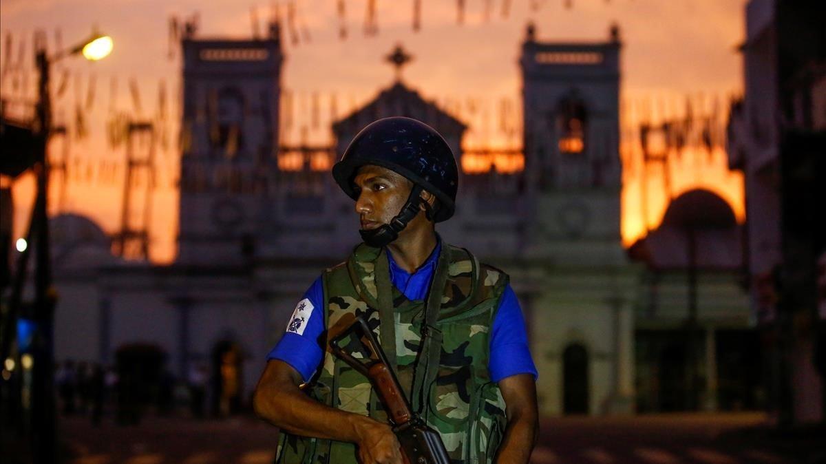 Un soldado monta guardia frente a unaiglesia en Colombo.