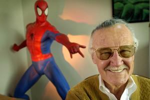 El padre de Marvel,Stan Lee, en su oficina de Santa Mónica.