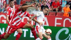 Stuani pelea por un balón con Rubé Peña, el defensa del Eibar, en Montilivi.