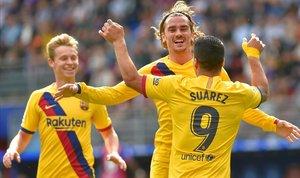 Suárez, Griezmann y De Jong celebran uno de los goles del Barça en Eibar.