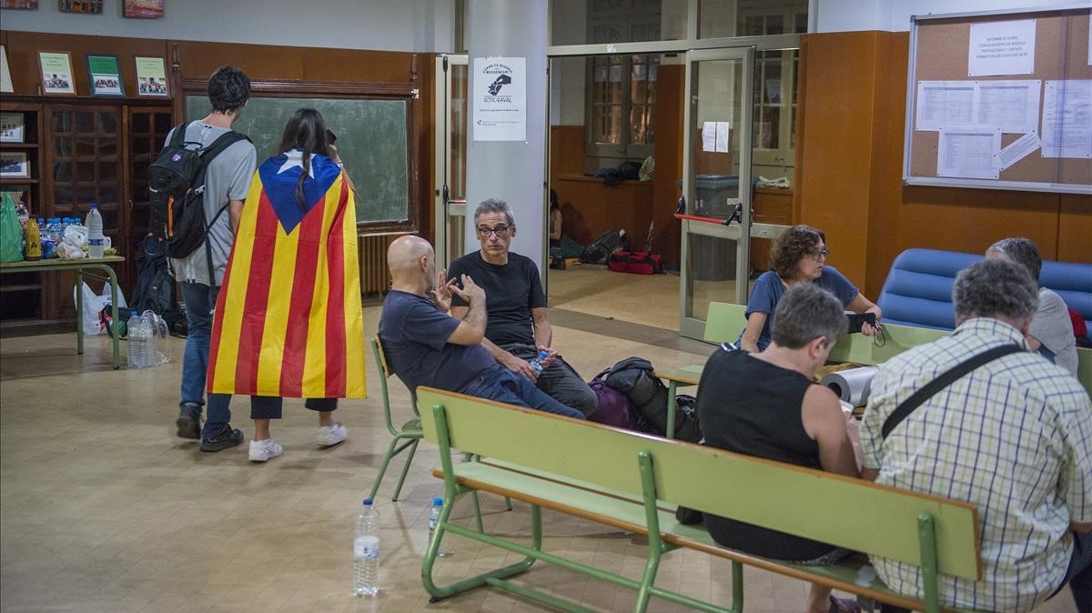 Conversacionesnocturnas durante el primer día de ocupación en el IES Miquel Tarradell, de Barcelona.