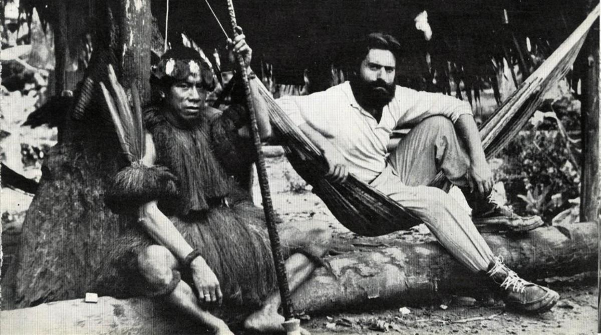 Miguel de la Quadra-Salcedo, durante una de sus expediciones a las tribus del Amazonas.