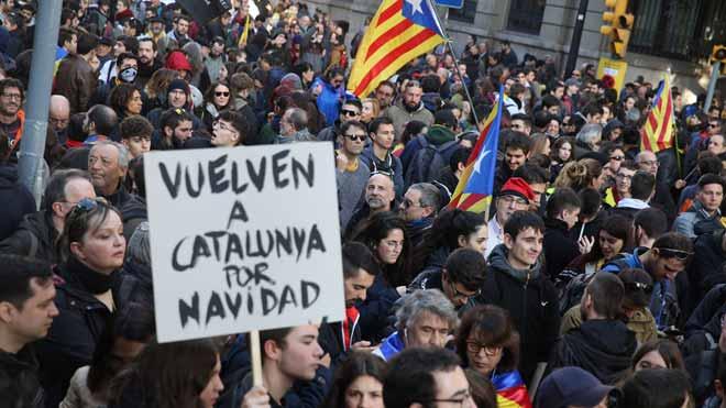 Manifestantes independentistas discuten en las inmediaciones de metro Barceloneta. En la foto, la manifestación en Via Laietana.