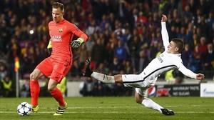 Ter Stegen evita la entrada de Verratti en la remontada del Barça sobre el PSG en el Camp Nou.