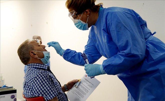 Realización de los test de antígenos en Puente de Vallecas, una de las zonas confinadas de la Comunidad de Madrid.
