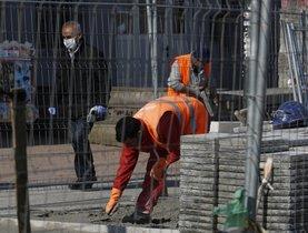 Un trabajador de la construcción repara la calzada, en la capital vizcaína, el pasado viernes.