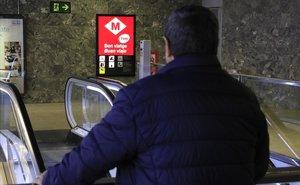 Un extrabajador enfermo del metrode Barcelona, en una parada cercana al hospital del Vall d'Hebron, donde se la tratan sin posibilidad de cura.
