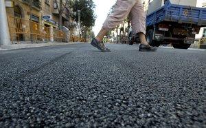 Imagen de archivo de trabajos de asfaltado en el Eixample de Barcelona.