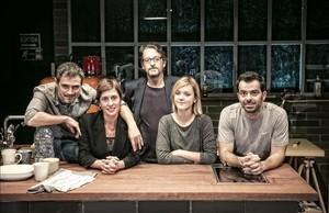De izquierda a derecha, Julio Manrique, Clara Segura, Ramon Madaula, Mima Riera y David Selvas, en el escenario de La Villarroel que acoge La treva hasta el 15 de enero.