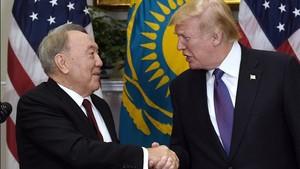 Trump (derecha) y el presidente de Kazajistán, Nursultan Nazarbayev, tras su encuentro en la Casa Blanca, el 16 de enero.