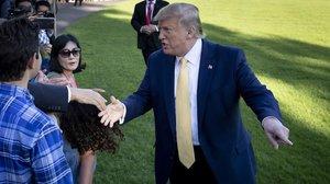 Trump saluda a simpatiazantes en el jardín de la Casa Blanca.