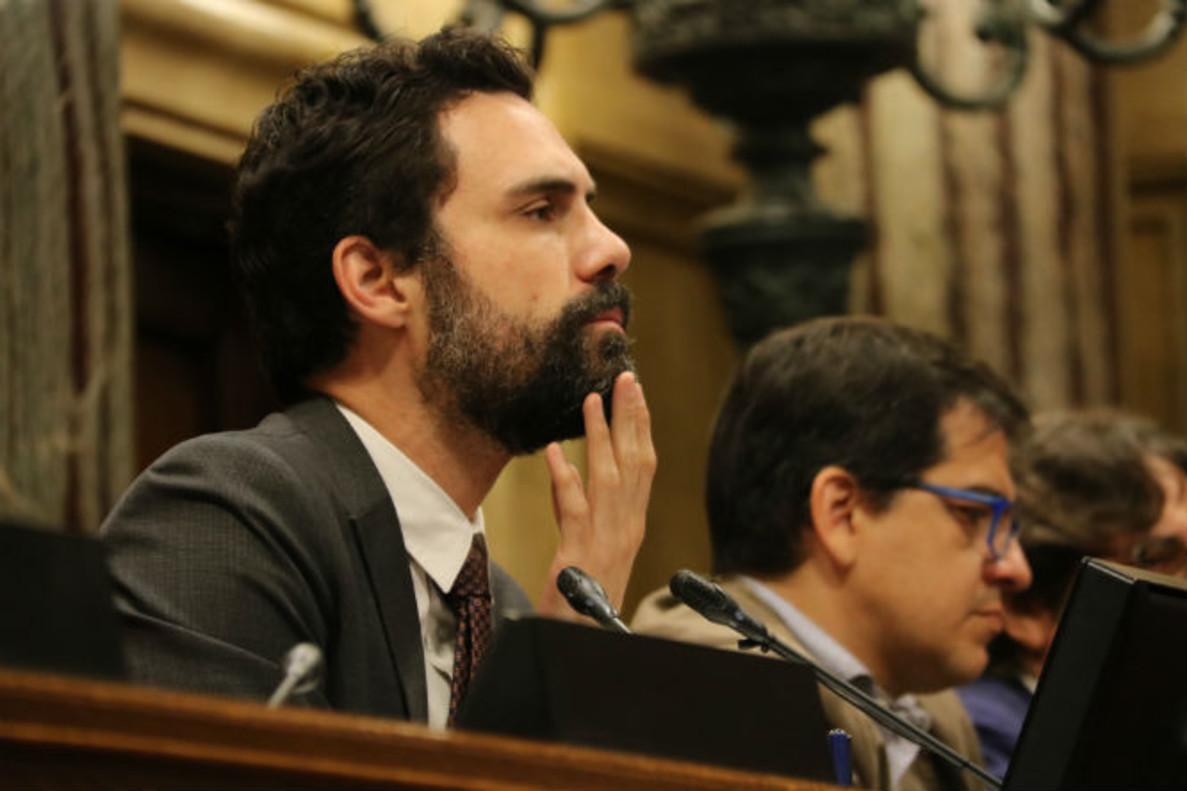 Roger Torrent yJosé María Espejo-Saavedra, en el Parlament.