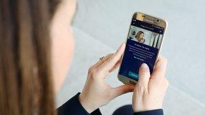 Una cliente consulta la 'app' de BBVA.