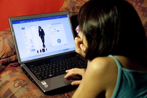 Una joven navega por una página web de ventas 'on line'.