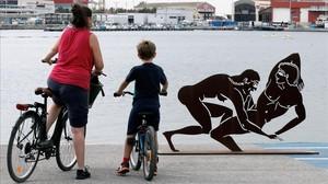 Una madre y su hijo contemplan la escultura en València.