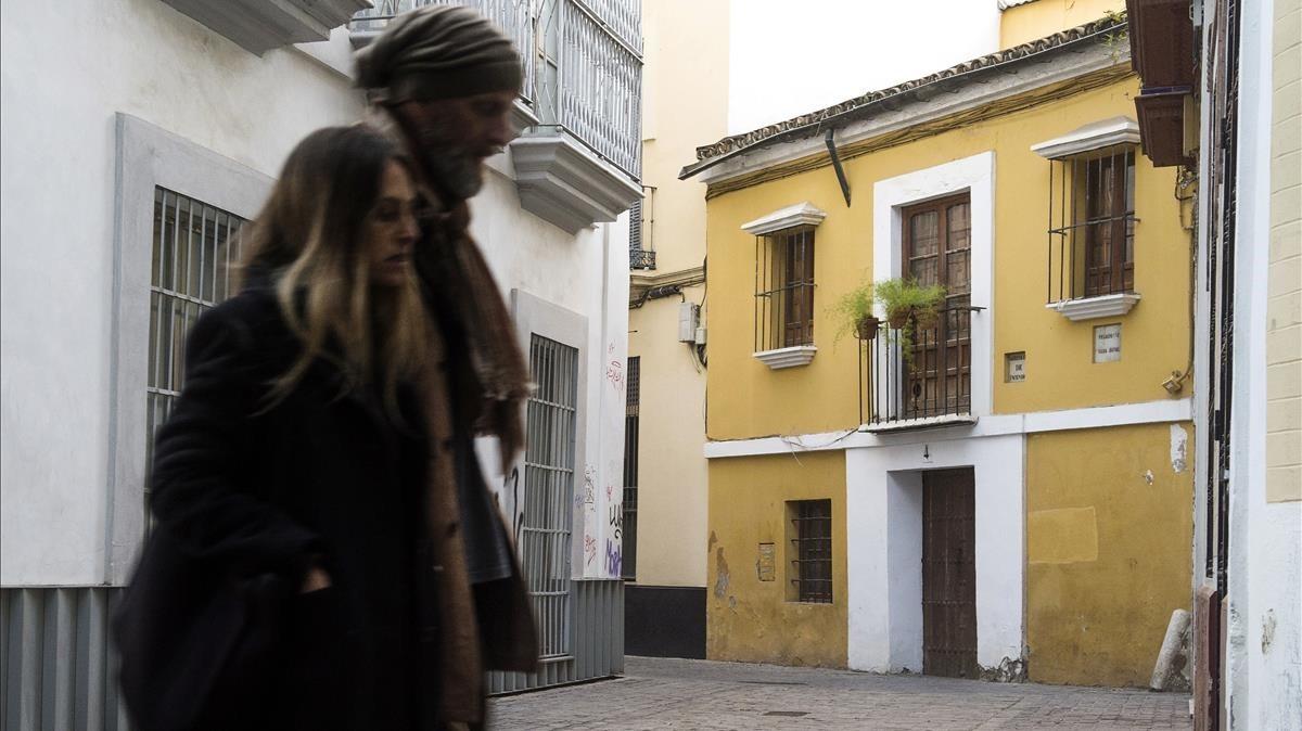 Una pareja pasa delante de la casa natal de Diego Velázquez.