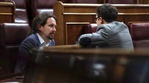Pablo Iglesias e Íñigo Errejón conversan en el hemiciclo del Congreso.