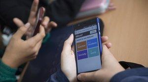 Alumnos de un instituto utilizan una aplicación didáctica en clase.