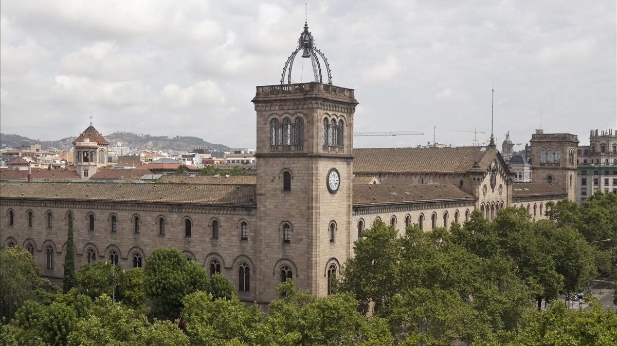 Imagen del edificio de la Universitat de Barcelona en la plaza de la Universitat.