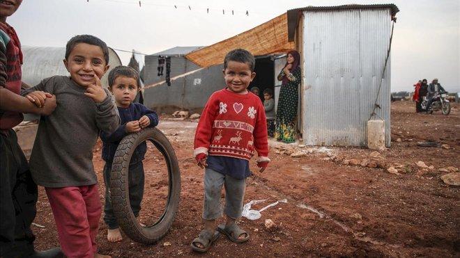 Unos niños juegan en el campo de Batbu, en la ciudad siria de Alepo.