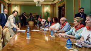 La ministra de Trabajo, Magdalena Valerio, reunida con unos pensionistas.