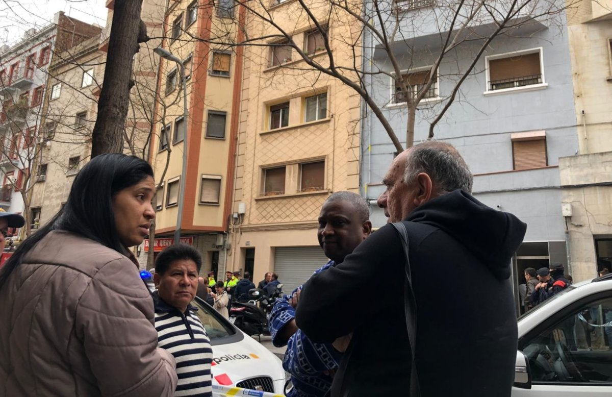 Vecinos desalojados del bloque donde se ha producido un incendio en un piso de la calle de Riera Blanca, en L'Hospitalet.