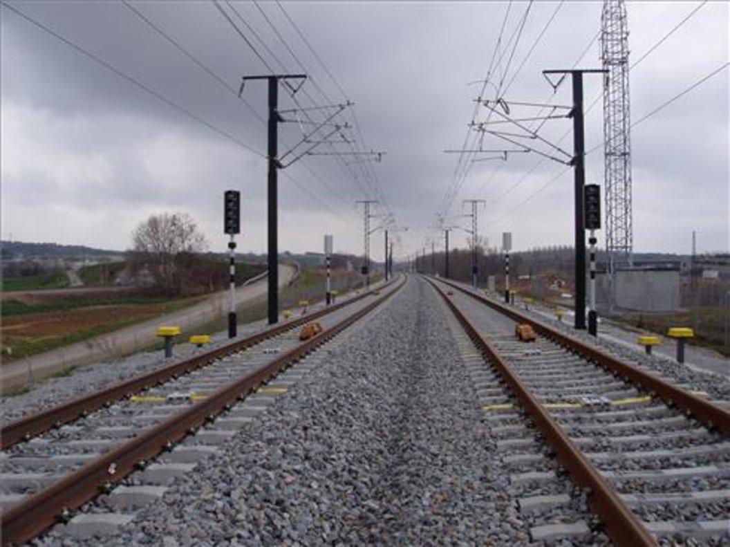 Muere niño atropellado por tren tras ser empujado en Alemania