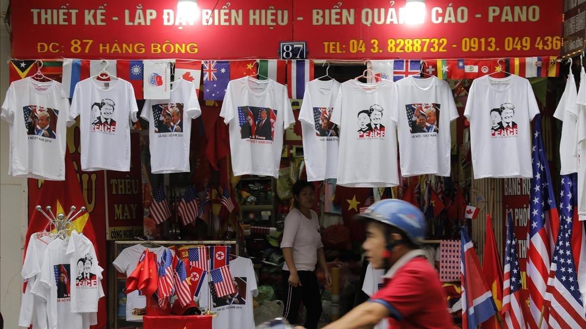 Una tienda para turistas en Hanoi vende camisetas de la cumbre entre Donald Trump y Kim Jong-un.