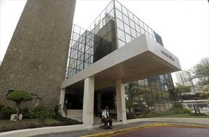 Un vigilante, ante la puerta del despacho Mossack Fonseca,en Panamá.