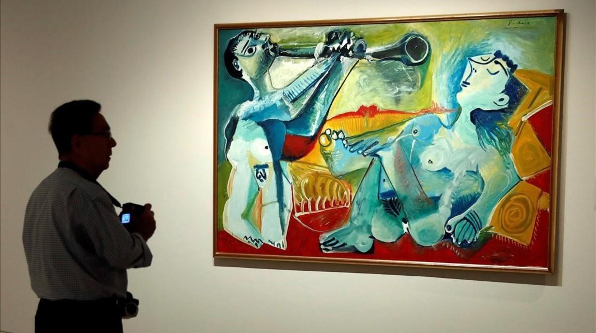 Un visitante contempla La serenata (Picasso, 1965), dentro de la exposición Picasso/Lautrec, que permacerá abierta hasta enero en el Thyssen-Bornemisza de Madrid.